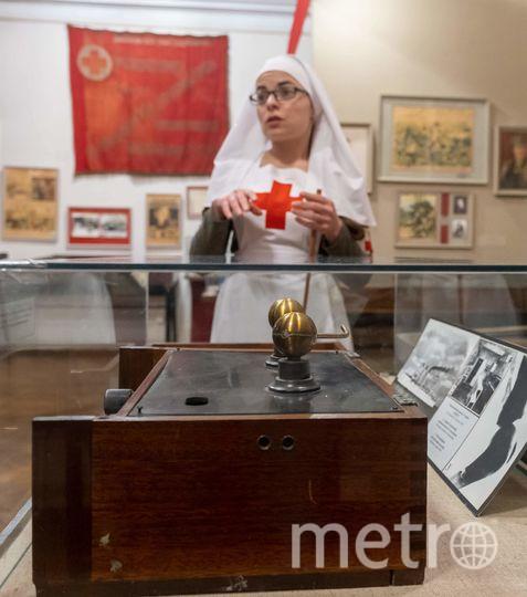 """Гиды меняют костюмы в зависимости от темы экскурсии. Кира Калинкина в зале, посвященном знаменитому хирургу Николаю Пирогову. Фото Алена Бобрович, """"Metro"""""""