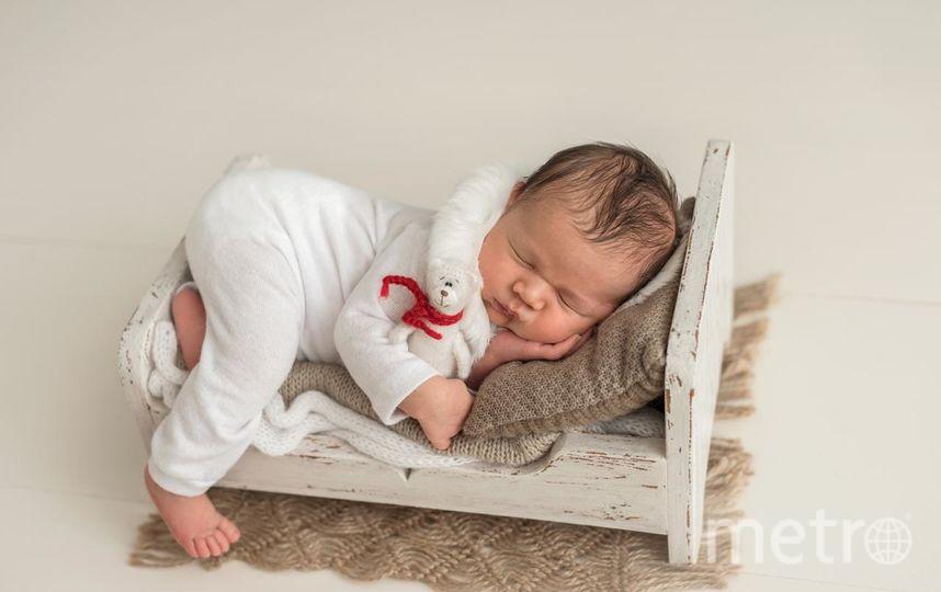 Покрывать деревянный реквизит обычной морилкой – не вариант. Она просто смоется антибактериальным спреем,  а от едких красок будет сильный запах, что тоже категорически не подходит. Поэтому создают реквизит для новорождённых специально обученные мастера. Фото Мария Кочерева.