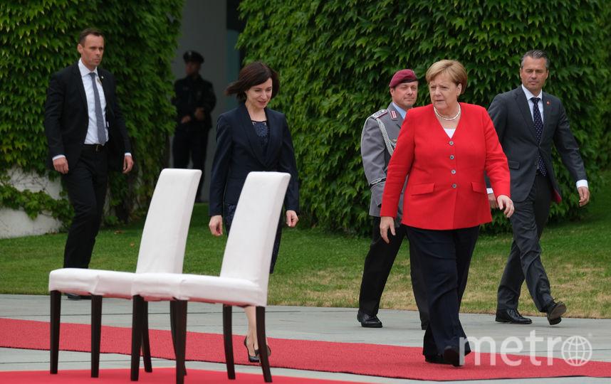 Меркель и премьер-министр Молдавии Майя Санду перед церемонией испрлнения гимнов. Фото Getty