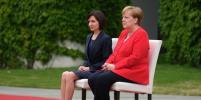 Мир облетели фото с Меркель, которая вновь не встала на исполнение гимнов