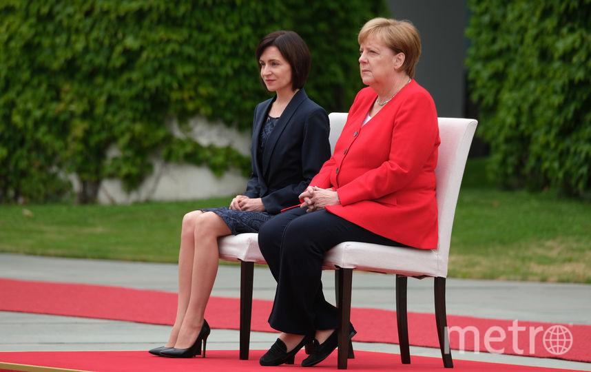 Ангела Меркель и Майя Санду во время церемонии исполнения гимнов. Фото Getty