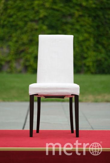 Тот самый стул с белой тканью, на котором сидели Меркель и Санду. Фото Getty