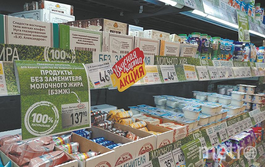 """В некоторых супермаркетах вместо табличек на ножках на стендах висят наклейки. Фото Юлия Долгова, """"Metro"""""""