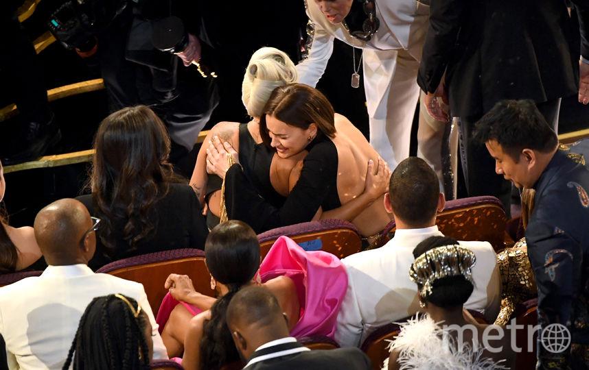 """Леди Гага обнимается с Ириной Шейк на """"Оскаре"""". Фото Getty"""