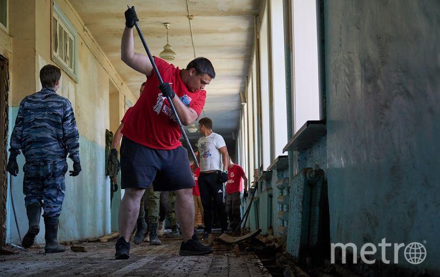 Москвич Александр Куликов разбирает пол в затопленной школе № 20 в Тулуне. Фото Николай Буданов