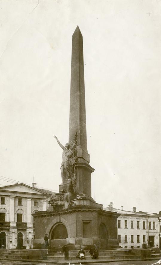Монумент советской конституции простоял 23 года. Фото Музей Москвы