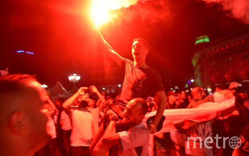 Фанаты сборной Алжира бурно празднуют победу футбольной сборной на Кубке Африки. Фото AFP