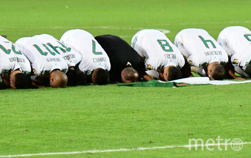 Футболисты Алжира молятся перед своими трибунами после победы на Кубке Африки. Фото AFP
