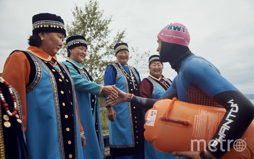 Старт экспедиции в селе Култук. Бромайс общается с местными жителями в национальных костюмах. Фото Maurice Haas for BWT Lake Baikal Expedition