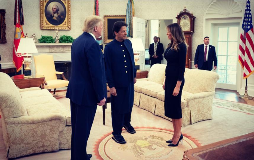 """Фото из Белого дома. Дональд Трамп, Мелания и Имран Хан. Фото https://twitter.com/FLOTUS/status/1153370491878617094, """"Metro"""""""