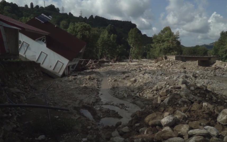 Более 100 домов были разрушены в ходе смещения масс горной породы. Фото Скриншот https://www.youtube.com/watch?v=OBRBaRbns4w, Скриншот Youtube