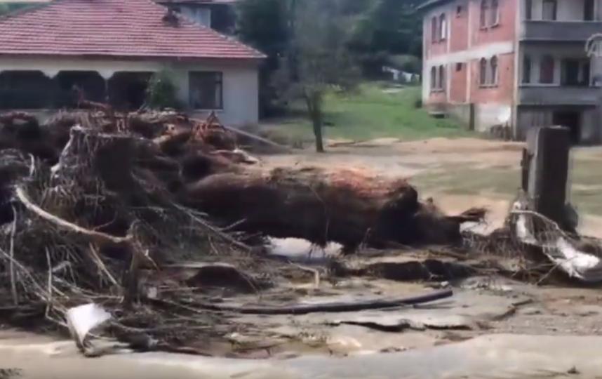 Более 100 домов были разрушены в ходе смещения масс горной породы. Фото Скриншот https://www.youtube.com/watch?v=whyvXyJ-U1E, Скриншот Youtube