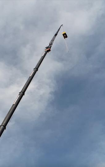 Мужчина поднимается на платформе на высоту 100 метров. Фото Скриншот Youtube