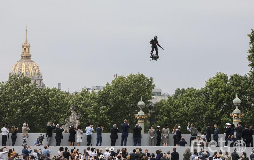 Платформу Flyboard Air 40-летний изобретатель продемонстрировал 14 июля на военном параде в Париже. Видео с пролётом Запаты выложил у себя в соцсетях президент Франции Эммануэль Макрон. Фото AFP