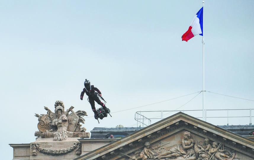 Фрэнки Запата на военном параде в Париже. Видео с пролётом Запаты выложил в своих соцсетях президент Франции Эммануэль Макрон. Фото AFP