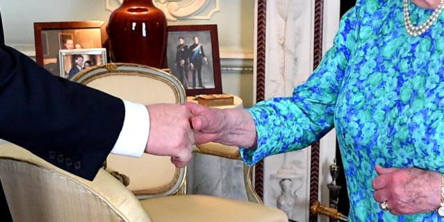 В кабинете были замечены фото внуков королевы Елизаветы.
