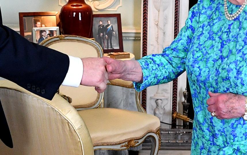 В кабинете были замечены фото внуков королевы Елизаветы. Фото Getty