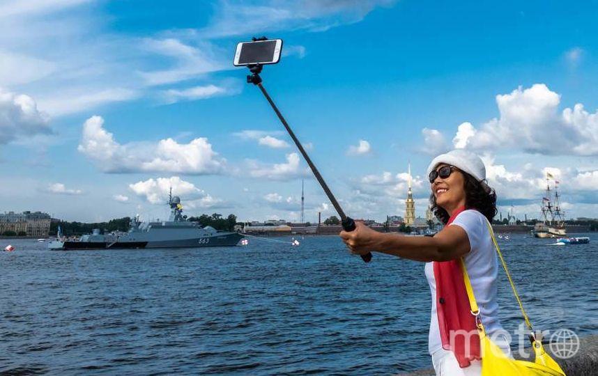 """Селфи популярны во всем мире. Производители мобильных устройств активно этим пользуются: совершенствуют фронтальную камеру, выпускают различные приспособления. Фото Алена Бобрович, """"Metro"""""""