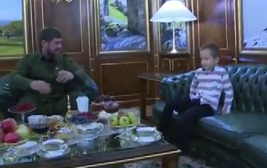 Кадыров принял на работу охранником шестилетнего мальчика. Фото Все - скриншот YouTube