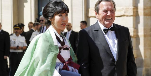 Герхард Шредер приехал на открытие со своей супругой.