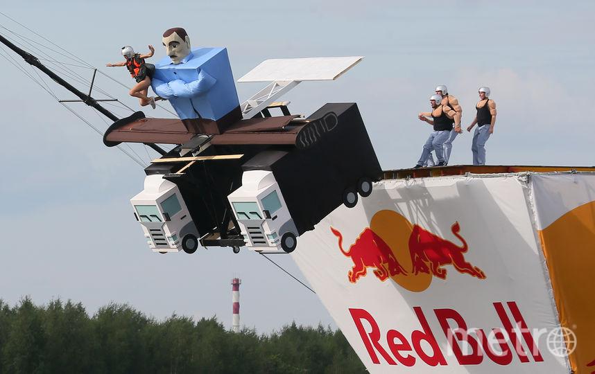 """Члены команды """"Универсальный шпагат"""" обыграли рекламный ролик, где Ван Дамм выполняет шпагат на двух грузовиках. Фото Василий Кузьмичёнок"""