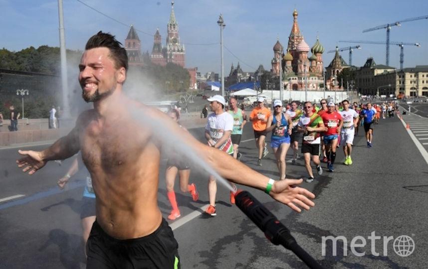 В выходные в Москву вернулась жара, а вместе с ней и одна из её особенностей – мужчины, которые не стесняются ходить по улицам города с голым торсом. Фото РИА Новости