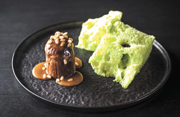 Хвойное пористое мороженое и фондан с пралине из кедровых орехов. Фото Все фото предоставлены White Rabbit family