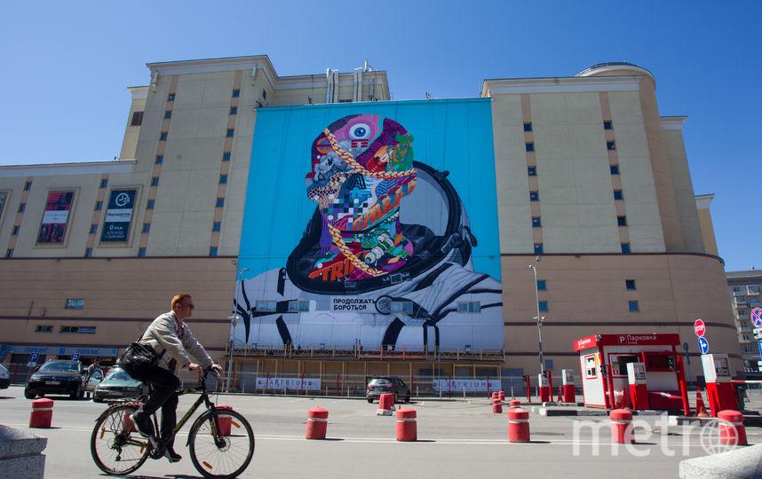 """Это космическое граффити художника Тристана Итона, нарисованное на торговом цетре """"Атриум"""" подходит под темы науки и искусства. Фото Василий Кузьмичёнок"""