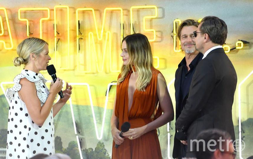 """Премьера """"Однажды в Голливуде"""" в Лондоне. Марго Робби с партнерами по фильму и британская журналистка Эдит Боуман. Фото Getty"""