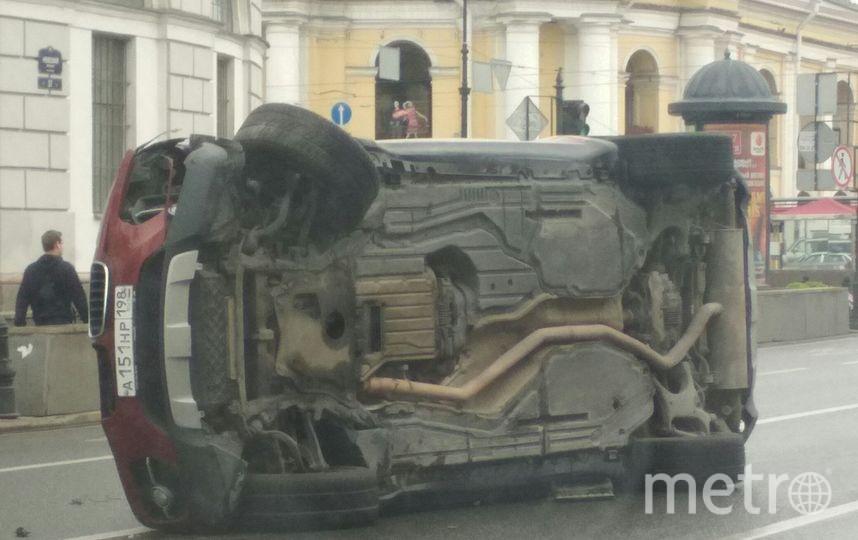 """Фото последствий ДТП на Невском. Фото https://vk.com/spb_today, """"Metro"""""""