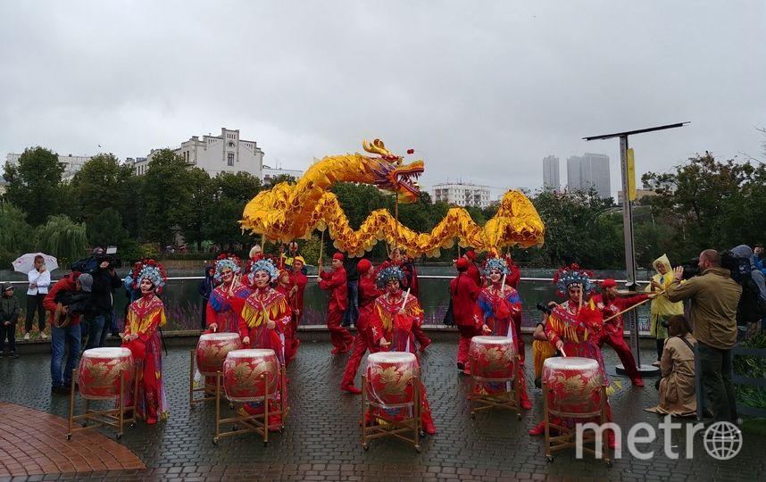 Выступление китайских барабанщиков и танец 10-метрового красного дракона. Фото Юлия Долгова