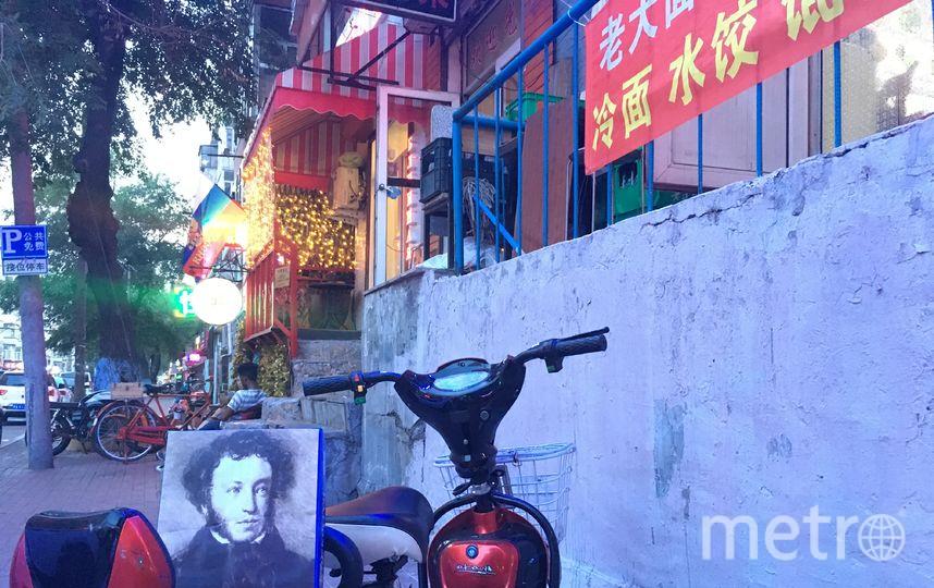 """Подруга моего брата Алена Павлюк, архитектор, полетела в Китай учиться, в город Харбин, и повезла Пушкина с собой по моей просьбе. И посмотрите, наш Пушкин побывал везде в Харбине и все посмотрел. Думаю, он остался бы доволен. Возможно, он бы и стих сочинил какой-нибудь про Китай...Что-то вроде: """"Русский с китайцем – братья навек"""". Фото Феодосий Ячменев."""