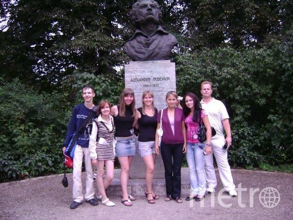 Меня зовут Кравченко Виктория, на фотографии я в центре. Это фото сделано в городе Веймар (Германия), где мы в составе русской делегации участвовали в конференции. Оказывается, в Германии наряду с Гёте и Шиллером очень любят Александра Сергеевича. Фото Виктория Кравченко
