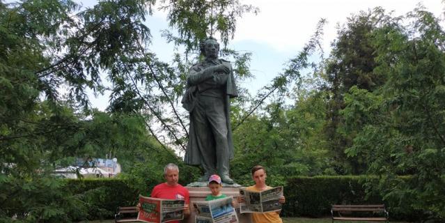 """Шли мы, три богатыря, по славному городу Бургас в Болгарии, а навстречу – ПУШКИН. Сразу потянуло к чтению. А у нас, как всегда, с собой три разных выпуска """"Метро""""."""