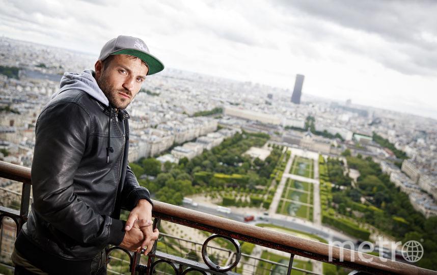 Напротив Эйфелевой башни появилось огромное граффити, сделанное на траве. Фото Saype