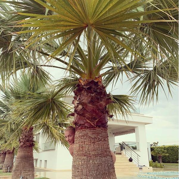 "Анастасия Волочкова в Греции. Фото https://www.instagram.com/volochkova_art/, ""Metro"""