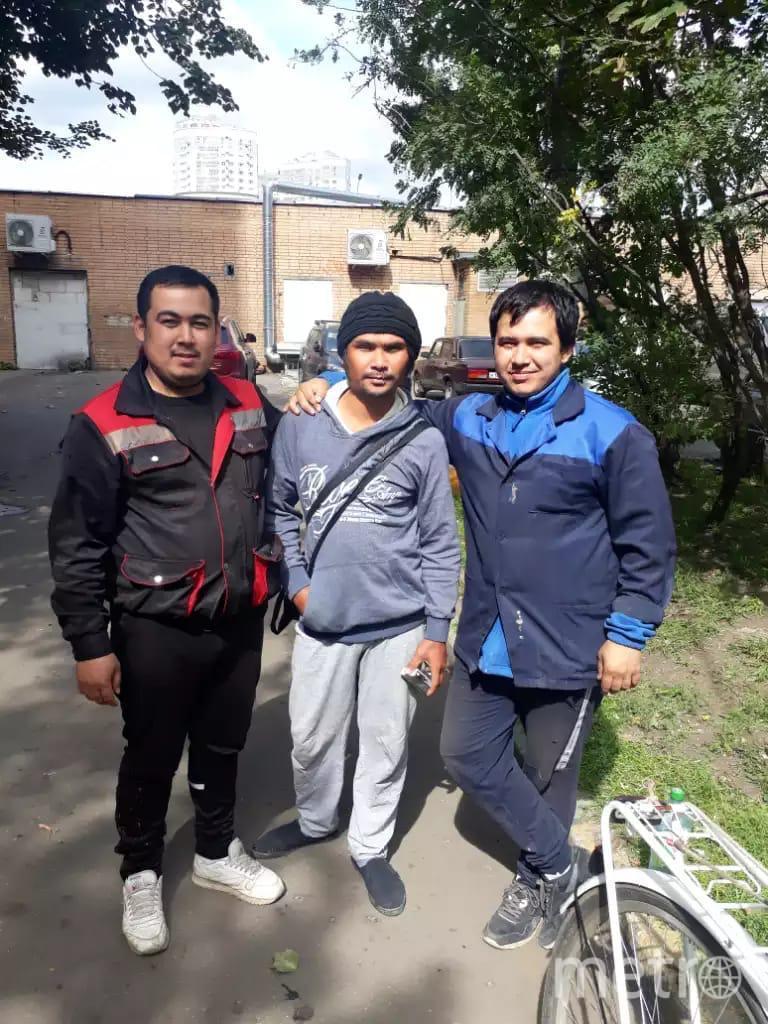 Мансур (слева) и его брат Маруф (справа) перед расставанием с Утаем сделали с ним фото на память. Фото Мансур Алмуратов