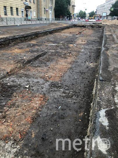 """Во время капремонта трамвайных путей на Среднеохтинском проспекте обнаружили фрагменты фундаментов исторических зданий XVII века. Фото Все фото gov.spb.ru, """"Metro"""""""