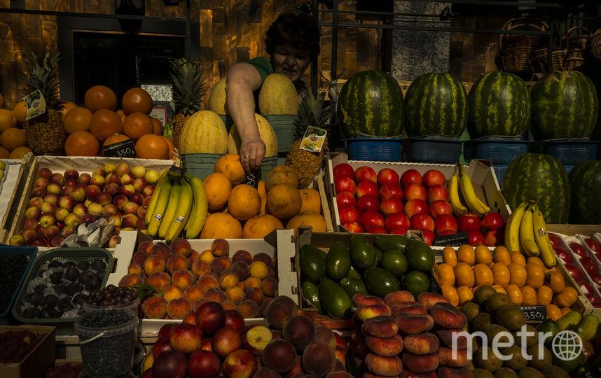 Заворожённый тёплым светом на прилавке, американский фотограф Алекс Уэбб нажал спуск, когда продавщица Даниловского рынка внезапно потянулась к дыням. Фото Алекс Уэбб | Magnum Photos