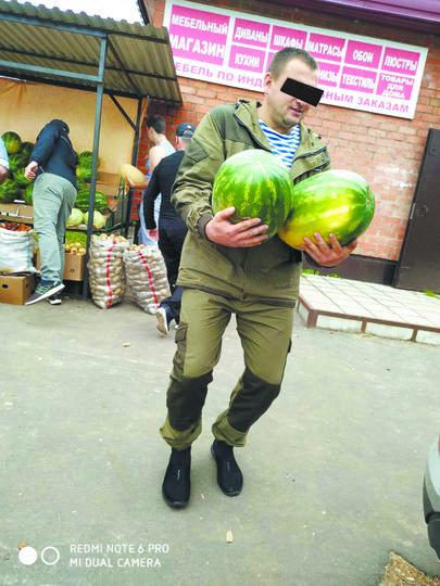 Один из «арбузных воров» попал в кадр. Фото vk.com/podslyshanooz, vk.com