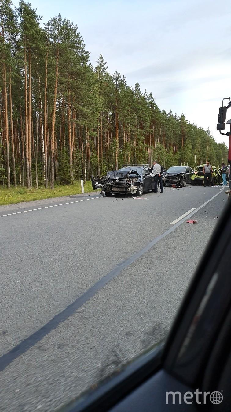 "Тяжелая авария произошла вечером 4 августа в Ленобласти. Фото https://vk.com/spb_today?z=photo-68471405_457861938%2Fwall-68471405_11657090, ""Metro"""