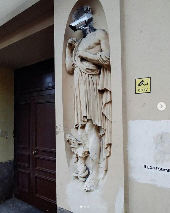 В Петербурге голова античного героя превратилась в камеру: Фото. Фото Скриншот Instagram: @lonesome_grass