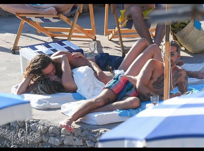 Хайди Клум наслаждается медовым месяцем и загорает топлес на пляже с мужем и его братом. Фото скриншот https://www.instagram.com/redcarpetmood/