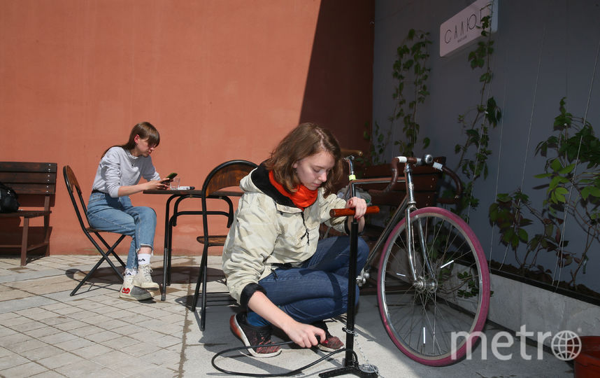"""Велосипедисты уже могут пользоваться в """"Салюте"""" насосом и инструментами, пополнять запас воды, а со временем на улице установят высокий стол, за которым можно будет пить кофе, не слезая с велосипеда. Фото Василий Кузьмичёнок"""