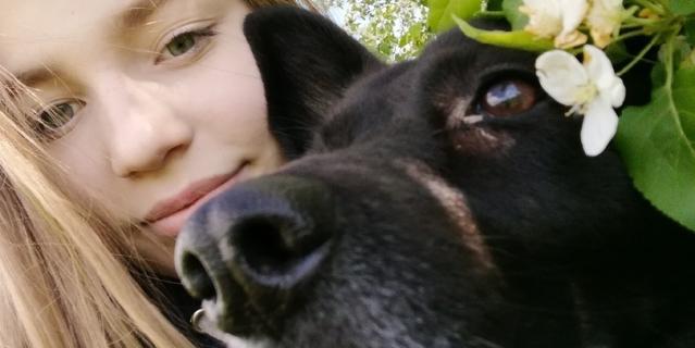 Вика и её собака Варя.