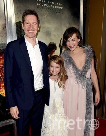 Милла Йовович с мужем Полом Андерсоном и дочерью Эвой. Фото Getty