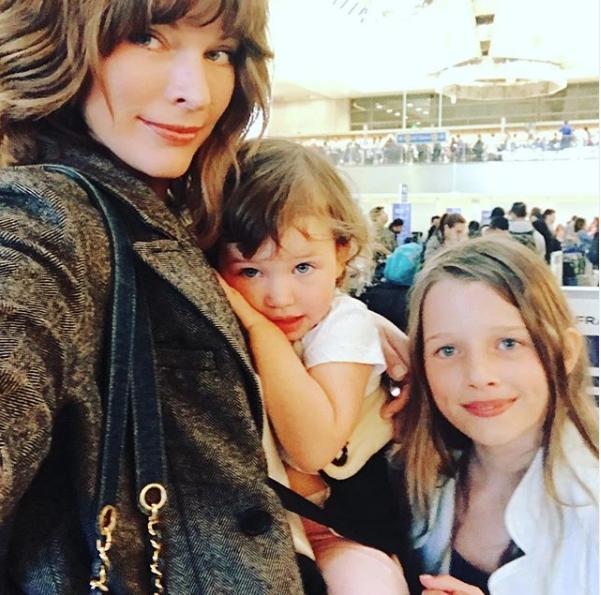 Милла Йовович с дочерьми. Фото instagram.com/millajovovich/