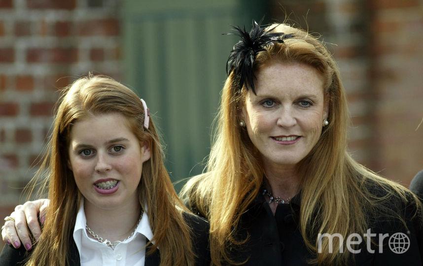 С мамой Сарой Фергюсон, 2003 год. Беатрис 15 лет. Фото Getty