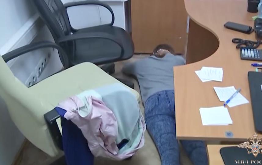 В Москве задержали группу лжеюристов, обманувших клиентов на 150 млн рублей. Фото скриншот видео МВД России