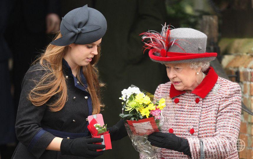 Беатрис с бабушкой - королевой Елизаветы II, 2008 год. Фото Getty